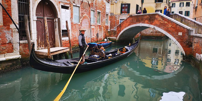 Traghetti: Budget Alternative to Gondola Rides in Venice